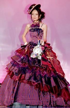 日本女星becky穿自己设计的婚纱走秀