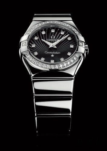 形象位于品牌海报或平面广告之上,旁边是欧米茄星座系列腕表的图像.