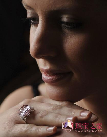 稀有粉钻拍出4575万美元天价 创全球钻石拍价纪录
