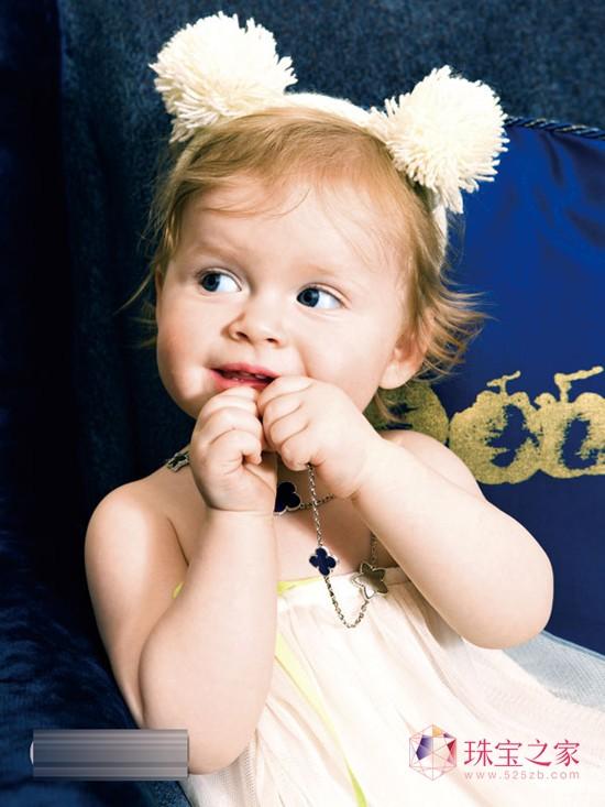 有人说每个小孩子都是来自神的恩典,他们就像父母最珍贵的礼物,用一生的时间去呵护与珍藏,好莱坞的星爸星妈们更是一向乐此不疲地把宝宝打扮成Lileicon。布拉德. 皮特送给三岁女儿Shiloh 的生日礼物是两条Neil lane 的钻石白金项链,珍妮弗. 洛佩兹的爱女Emme 更堪称珠宝达人,大大小小的耳环和手镯已经累积高达50万美元。当儿童珠宝狂潮即将来袭,带你分享四个可爱宝贝的珠宝物语,重温那些光华深处的纯真与灿烂。